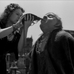 Esmeralda gives Quasimodo a drop of water charles Laughton Maureen O'hara 1939 Hunchback of Notre dame picture image