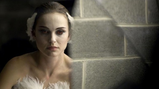 Natalie Portman as Nina becoming the black swan Black Swan picture image