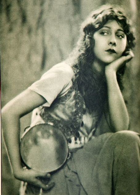 Patsy Ruth Miller as Esmeralda Hunchback chaney version 1923 picture image