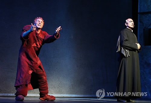Matt Laurent as Quaismodo & Robert Marien as Frollo Asian Tour Notre Dame de Paris picture image