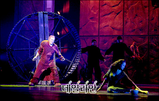 Matt Laurent as Quasimodo & Candice Parise as Esmeralda Notre Dame de Paris Asian Tour picture image