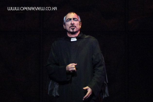 Robert Marien as Frollo Notre Dame de Paris Asian Tour picture image