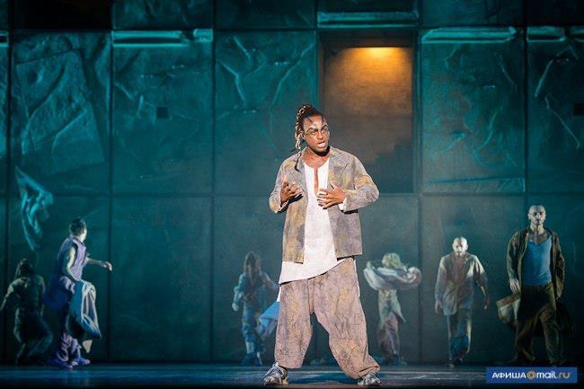 Ian Carlyle as Clopin, World Tour Cast Notre Dame de Paris, Crocus City picture image