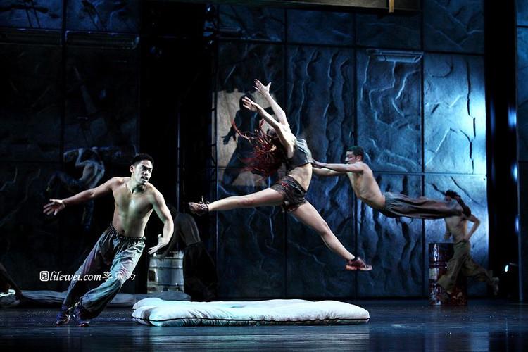 Dancer Asian Tour Notre Dame de Paris picture image