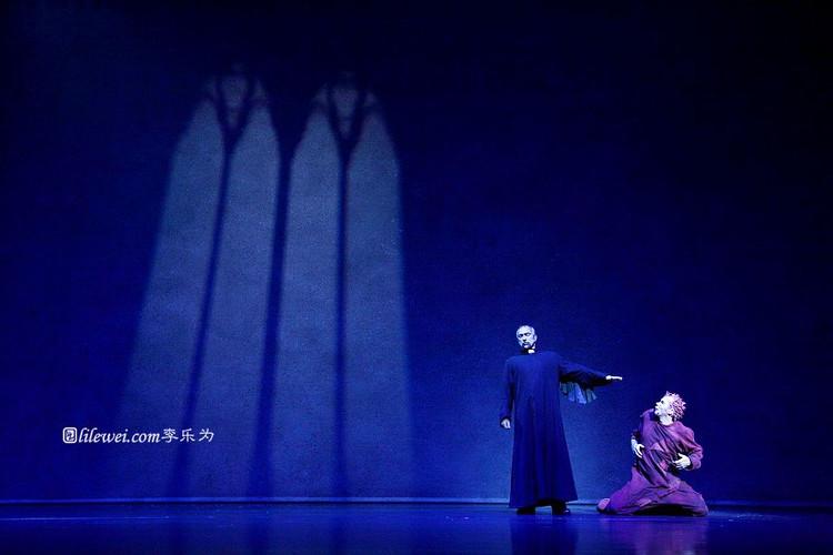 Robert Marian as Frollo & Matt Laurent as Quasimodo Asian Tour Notre Dame de Paris picture image