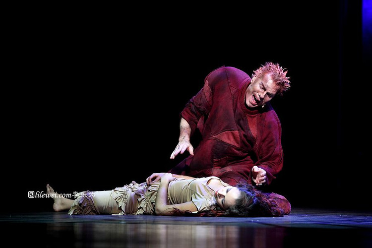 Matt Laurent as Quasimod & Candice Parise as Esmeralda, Notre Dame de Paris, Asian Tour picture image