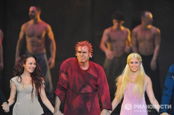 Elicia MacKenzie as Fleur de Lys, Matt Laurent as Quasimodo & Alessandra Ferrari as Esmeralda, Notre Dame de Paris World Tour Cast picture image