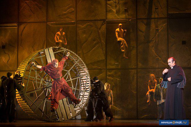 Matt Laurent as Quasimdo & Robert Marien as Frollo, Notre Dame de Paris, World Tour, Crocus City Hall, picture image