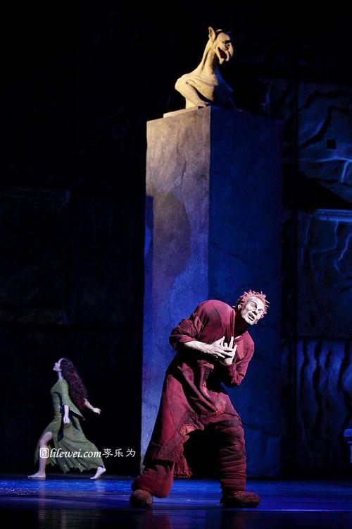 Candice Parise as Esmeralda & Matt Laurent as Quasimodo, 2012 Asian Tour of Notre Dame de Paris, picture image
