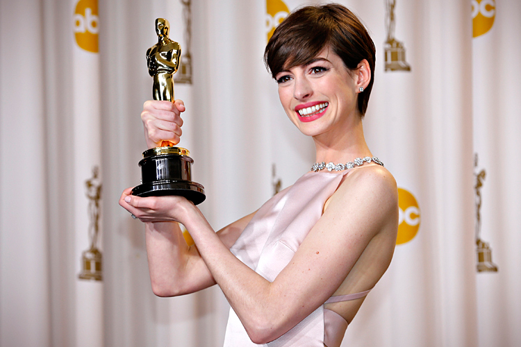 Anne Hathaway and  her Oscar,picture image